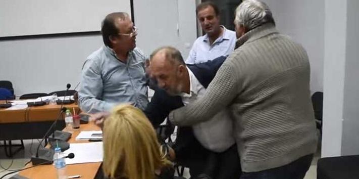 Οι μάσκες έπεσαν στο δήμο Φαρκαδόνας! Πήγε να δείρει γυναίκα ως μαινόμενος ταύρος (ΒΙΝΤΕΟ)
