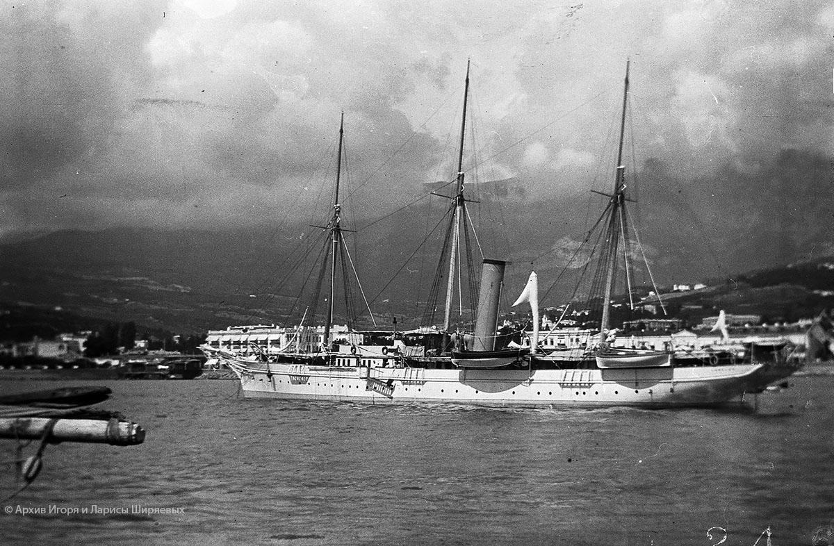 Старое фото Крыма. Парусник