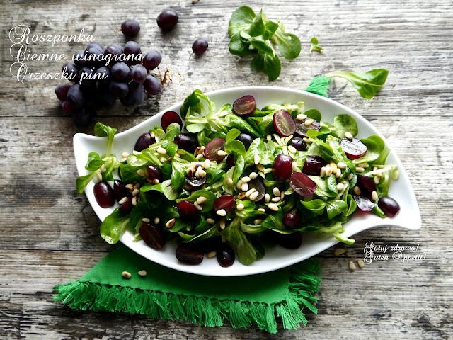 Roszponka z ciemnymi winogronami i orzeszkami pinii - Czytaj więcej »