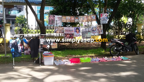 KELONTONG : Sejumlah pelapak yang menjajakan produknya di kawasan Car Free Day (CFD) Masjid Raya Mujahidin Pontianak (22/4) juga ada yang menawarkan produk rumah tangga. Foto Asep Haryono