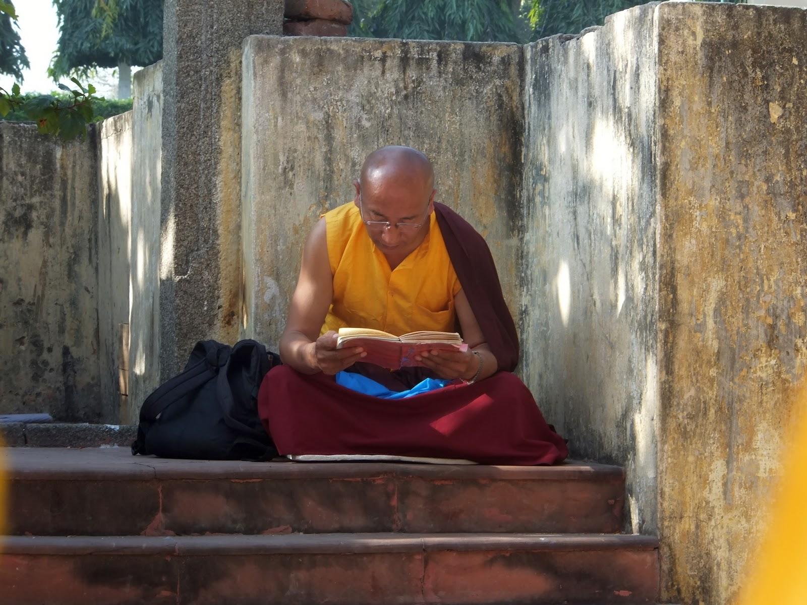 монах-буддист читает священный текст