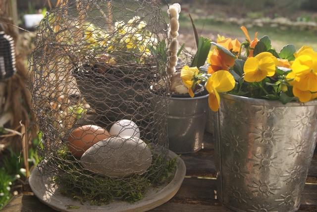 Drahtglocke selbst gemacht mit Eiern dekoriert