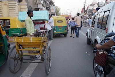 Rita dan Pricks sedang bergandengan di jalanan New Delhi