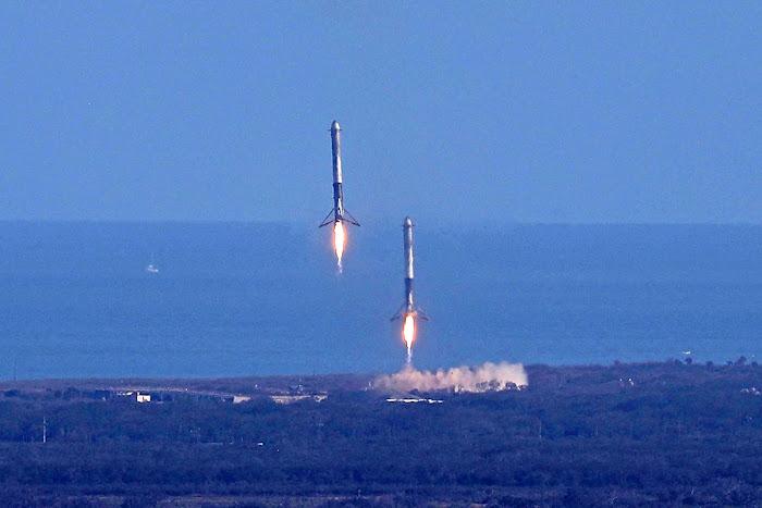 Hai tên lửa đẩy nằm ở ngoài cùng của Falcon Heavy quay trở lại và hạ cánh an toàn ở bãi đáp tại Trạm Không quân Mũi Canaveral. Hình ảnh: SpaceX.