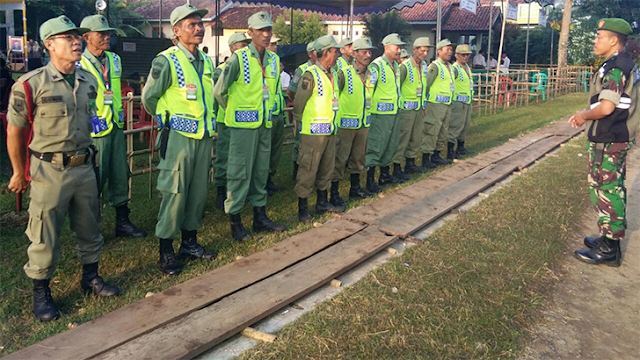 Babinsa Serka Tusari Bekali Linmas Desa Karangsembung Dengan Pelatihan Baris berbaris