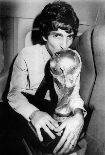 Paolo Rossi kisses the World Cup trophy on the plane back to Italy