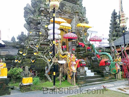 Beautiful central gate at Pura Batur