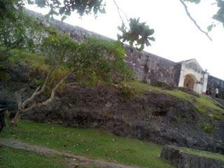 Benteng Duurstede dan Senja Di Pantai Saparua