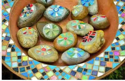 berikut ini cara melukis di atas permukaan batu kali yang dapat anda ajarkan kepada siswa saat mata pelajaran seni di sekolah