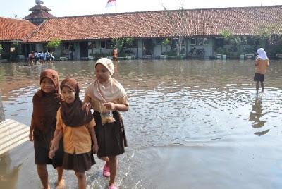 Gedung Sekolah Ambruk Diterjang Banjir