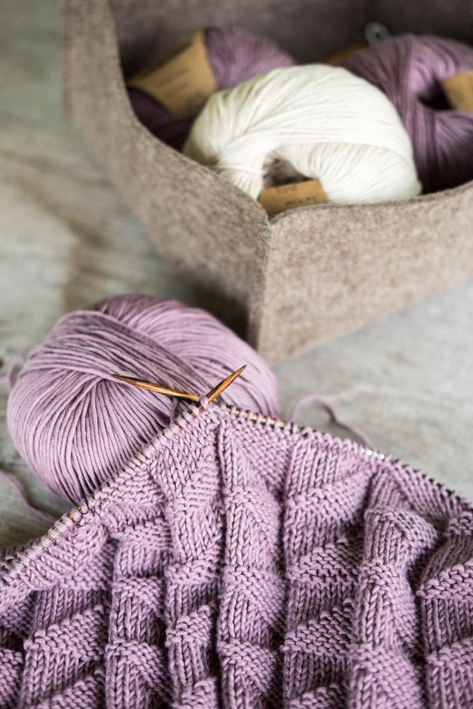Handgemacht: Eine Babydecke aus malvenfarbener Baumwolle stricken by fim.works