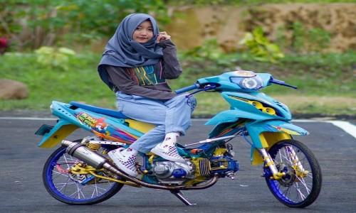 Gambar-Cewek-Hijab-Diatas-Motor-Modifikasi-Yamaha