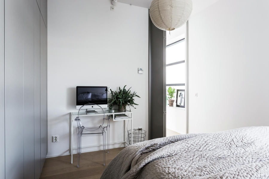 Nowoczesna prostota, wystrój wnętrz, wnętrza, urządzanie mieszkania, dom, home decor, dekoracje, aranżacje, styl nowoczesny, modern style, light colors, jasne kolory, biel, white, szarość, grey, bedroom, sypialnia