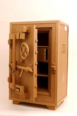 Caja fuerte hecha con cartón reciclado