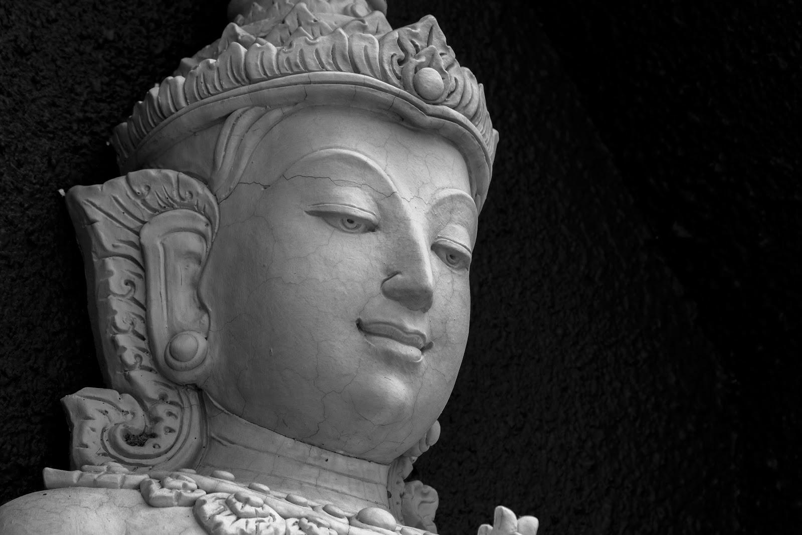 タイの菩薩像の伏し目の顔