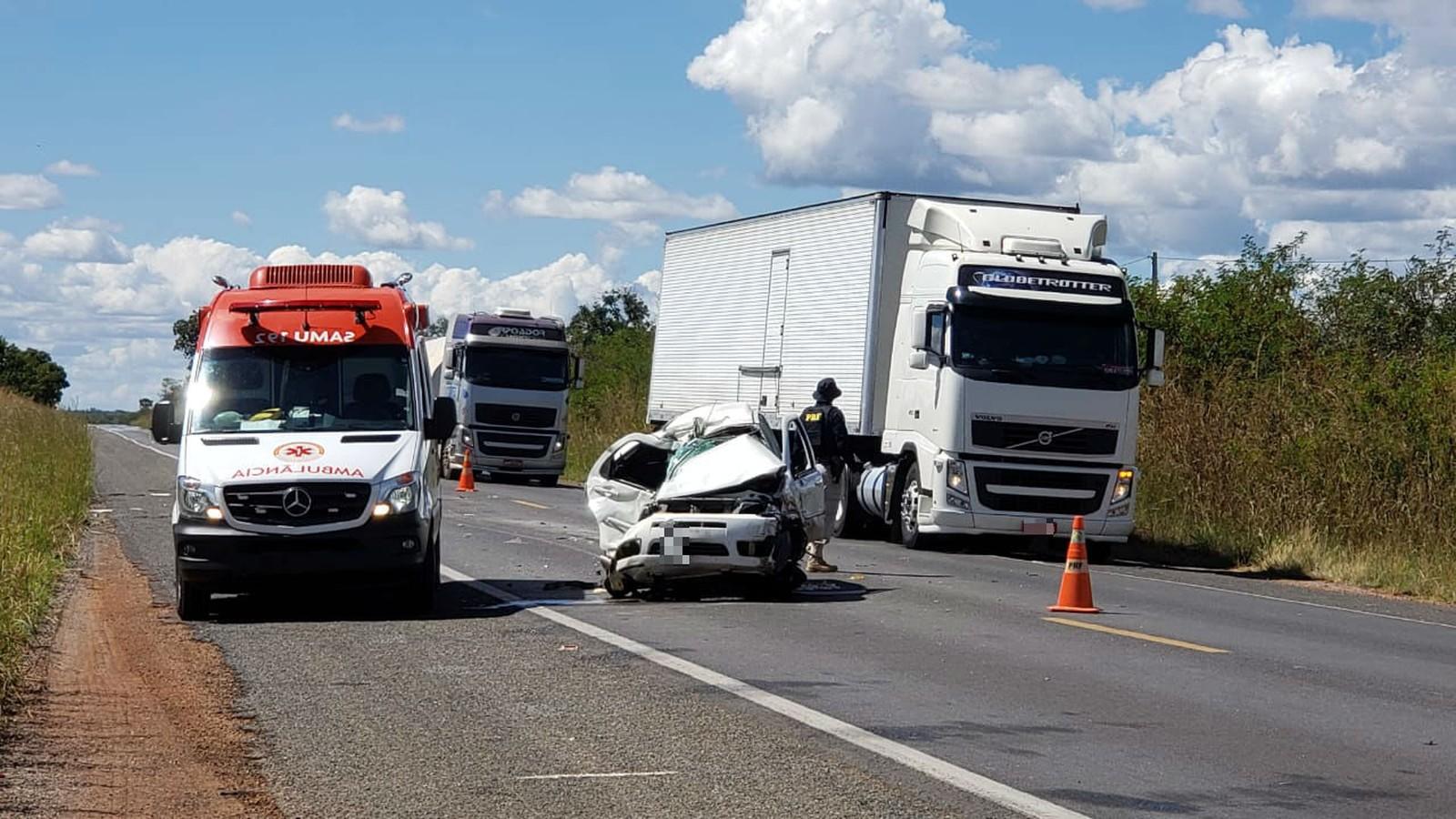 Homem morre após carro bater de frente com carreta na Bahia