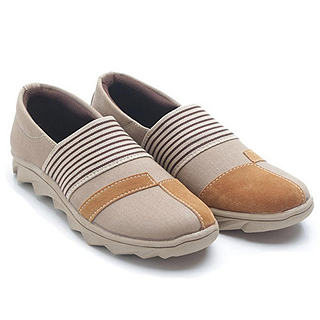 Kuliah dengan memakai sepatu wanita model sneakers