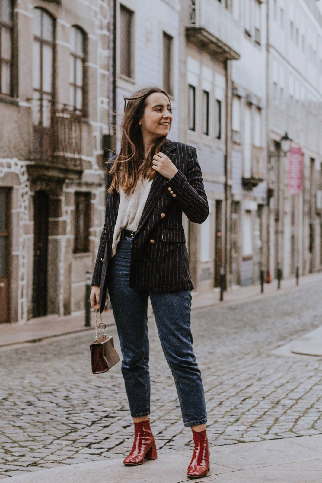 look_navy_blazer_red_vinyl_boots_mom_jeans