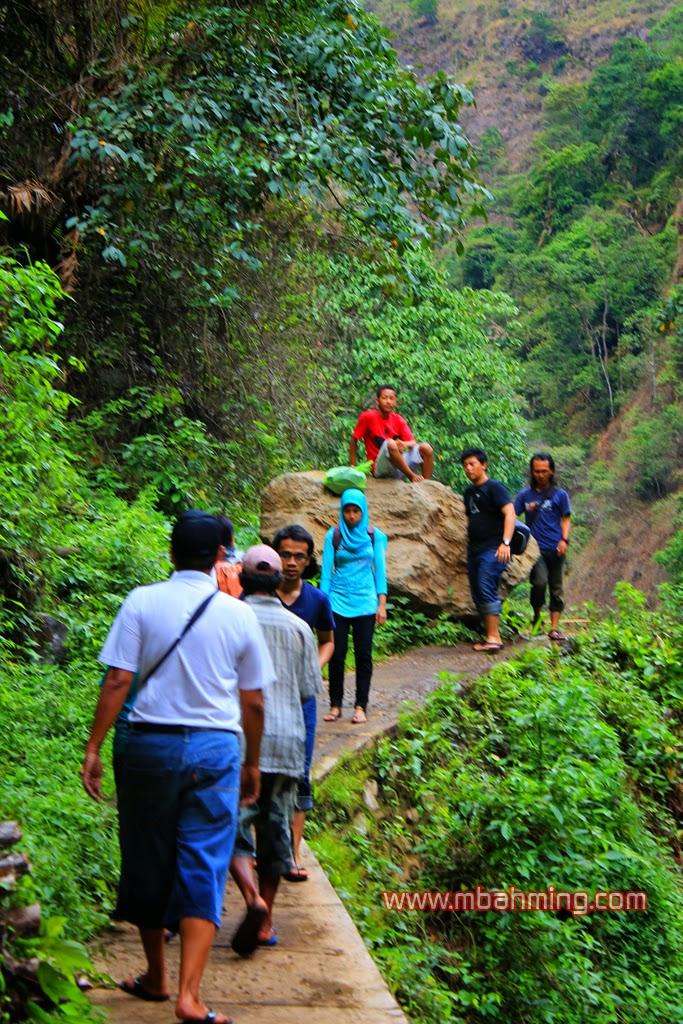 jalan ke air terjun madakaripura