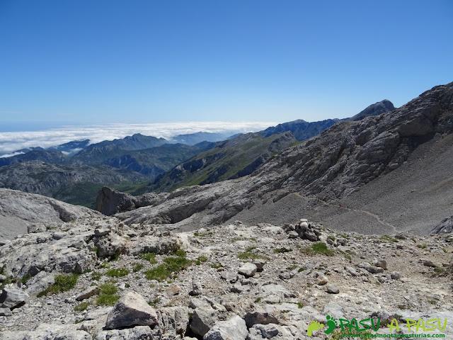 Ruta Pandebano - Refugio de Cabrones: Desde la horcada Arenera, vista a la corona del Rasu