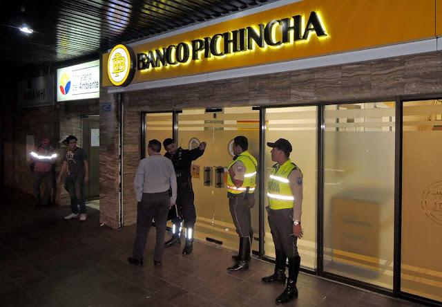 cliente fue asaltado al interior del banco en Guayaquil