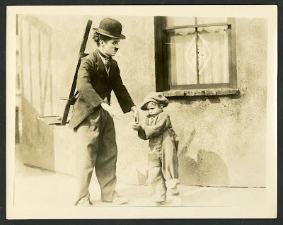 "Чарли Чаплин и Джеки Куган на съемках ""Малыша"" (1921)"