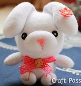 http://manualidadesreciclables.com/10456/como-hacer-un-conejo-con-calcetines-reciclados