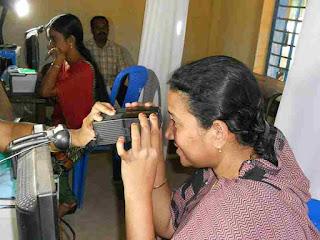 आधार कार्ड के लिए आँखों की पुतली की छवि देते हुए एक महिला