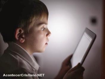 Niño utilizando su tableta