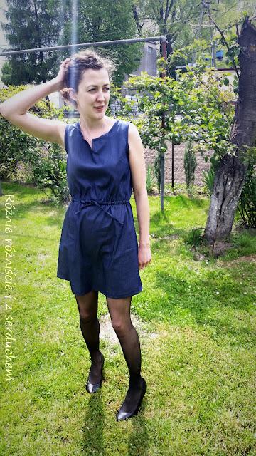 Przód jeansowej sukienki wiązanej w pasie