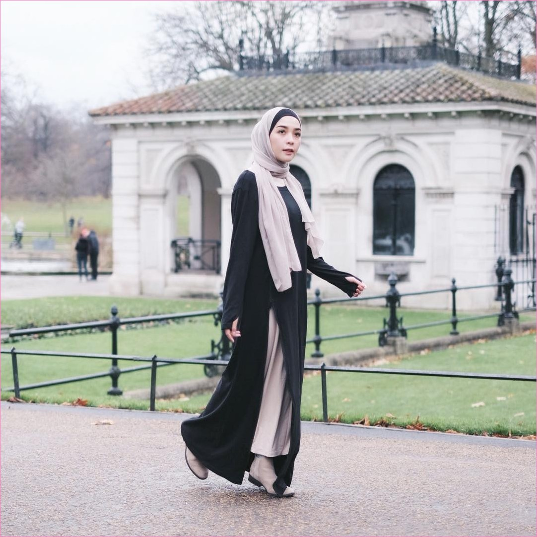 Outfit Baju Traveler Berhijab untuk Keluar Negri Ala Selebgram 2018 tunic cardigan outer ciput rajut hitam hijab pashmina rawis rok baby ungu boots heels putih ootd outfit trendy kaos kaki kain katun rayon sutra korea coat