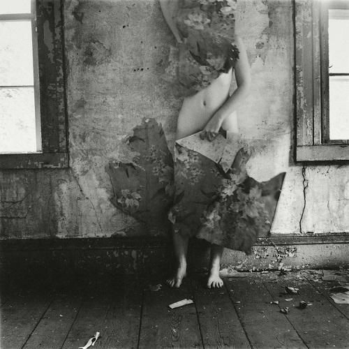 Cool pics: Una chica usa tapiceria como camuflaje y desaparecer ante la pared de la habitacion.