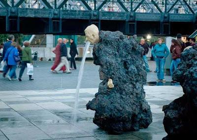 fuente hombre roca
