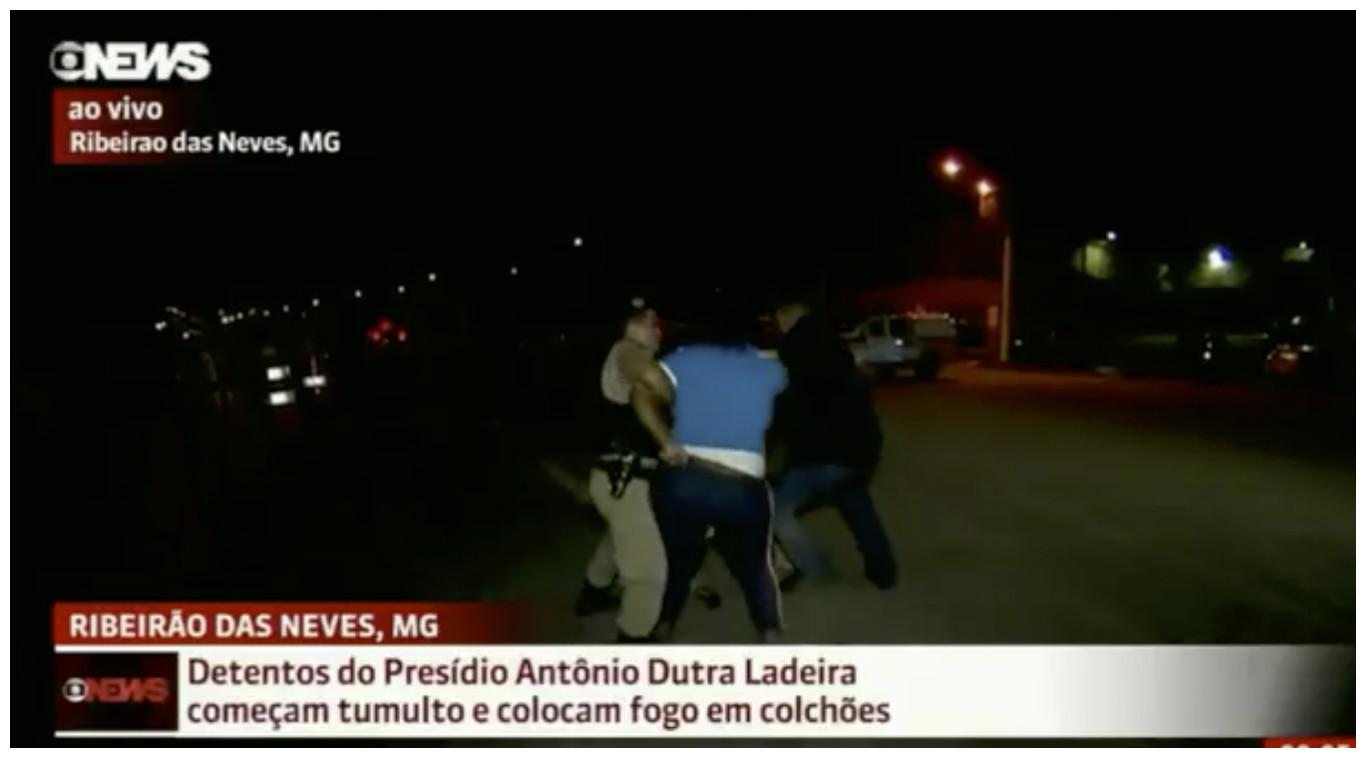 Vídeo Repórter durante cobertura em presídio