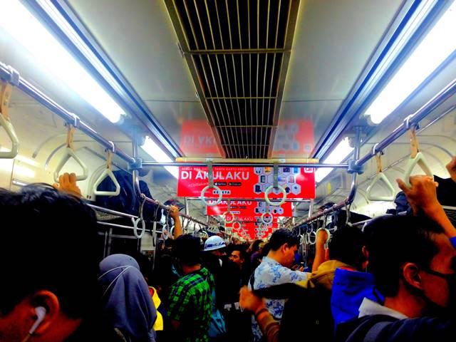 Menulis Artikel di Atas Kereta (Commuter Line) Semakin Susah