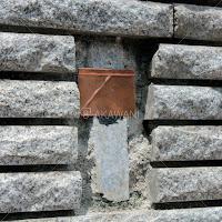 スズメッキ銅板の表札用の取り付けプレート 壁に表札を取り付けるための金物を耐候性の強力ボンドで張り付ける。