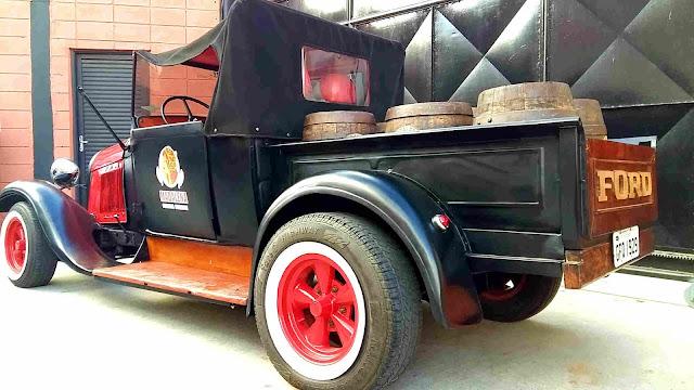 Ford carregado com barris de Cerveja Madalena