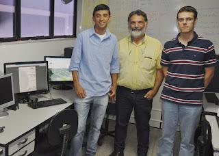 Leonardo de Oliveira, ex-aluno do UNIFESO, com os professores José Roberto e Bruno Carlos: software foi criado para auxiliar o poder público a traçar planos de combate e prevenção à dengue