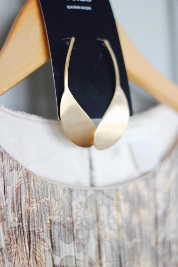 photo-vestido-color-h&m-plisado-zapatos-kakhi-uterque-pendientes-largos-mango