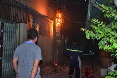Cột điện tại ngõ 113 bốc cháy như ngọn đuốc trong đêm