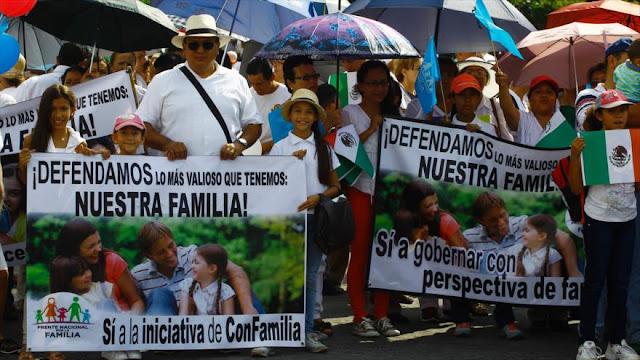 Miles de personas marchan en México contra matrimonio igualitario