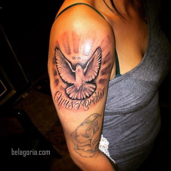 Vemos a una Mujer con Tatuaje de paloma y nombre de un fallecido
