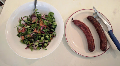 ארוחת צהריים פליאו - נקניקיות פליאו וסלט ירקות