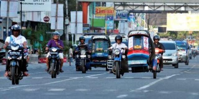 Becak motor khas kota pendidikan Pematang Siantar melintas di Jalan Sutomo, Pematang Siantar, Sumatera Utara, beberapa waktu lalu. Becak motor yang digerakkan mesin sepeda motor Birming- ham Small Arms (BSA) buatan Inggris itu kini semakin berkurang seiring tumbuhnya sepeda motor dan moda angkutan lain.