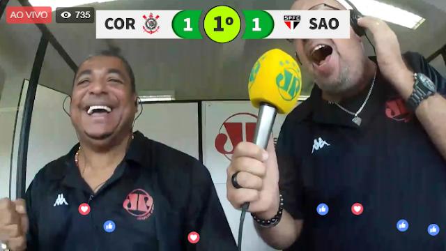 O comentarista Vampeta e o narrador Nilson Cesar vibram na cabine da Jovem Pan, durante o segundo gol do Corinthians, no clássico do último sábado, no Pacaembu, em SP: É o rádio agora com imagem (Foto: reprodução / Facebook)