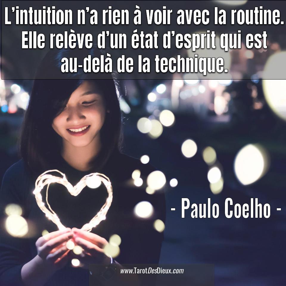 Une jeune fille tenant un cœur de lumière entre ses mains sous la citation de Paulo Coelho : L'intuition n'a rien à voir avec la routine. Elle relève d'un état d'esprit qui est au-delà de la technique.