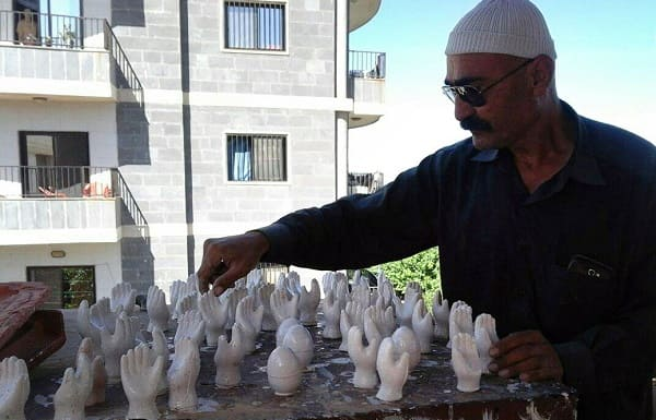 """""""منيب قرقوط"""" قدم آلاف الأعمال اليدوية بأكثر من سبعين معرضا في سورية ولبنان."""