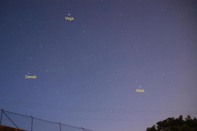 Tam giác mùa hè trên bầu trời Madrid, Tây Ban Nha đêm 9/7 vừa qua chụp bởi nữ nhiếp ảnh gia Annie Lewis. Cô có chú thích bức hình này rằng, khi quan sát bằng mắt thì cô chỉ nhìn thấy ba ngôi sao sáng, nhưng thật bất ngờ vì máy ảnh của cô thấy được nhiều sao hơn cả cô.