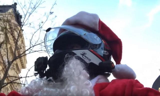 Santa Claus motorizado persigue a una mujer que atropelló a alguien