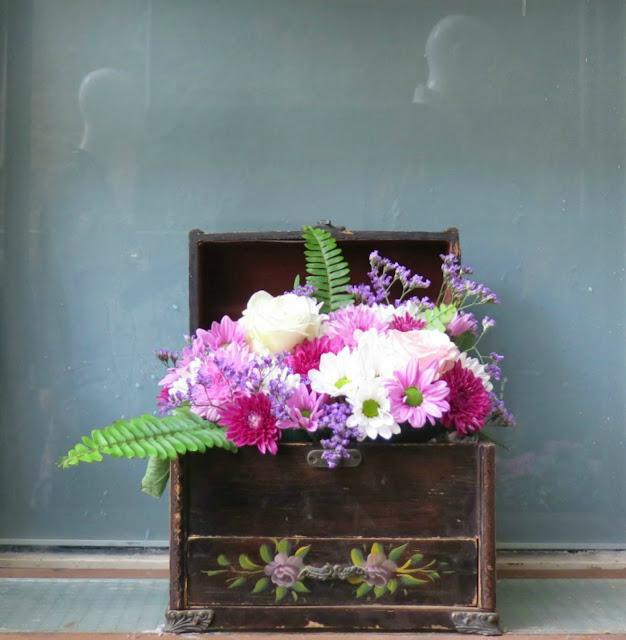 זר פרחים בקופסת עץ מהשתפ של erdem ו h&m